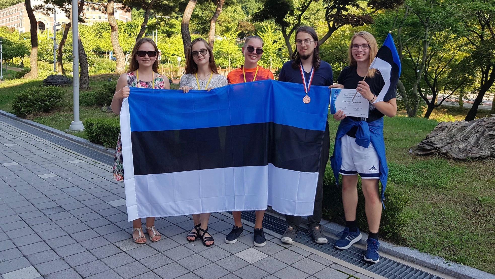 Eesti meeskond koos meeskonna juhendajaga (Linda Freienthal, Anna Talas, Roosmari Pihlak, Hant Mikit Kolk ja Ove Üllar Viesemann). Foto: Miina Norvik